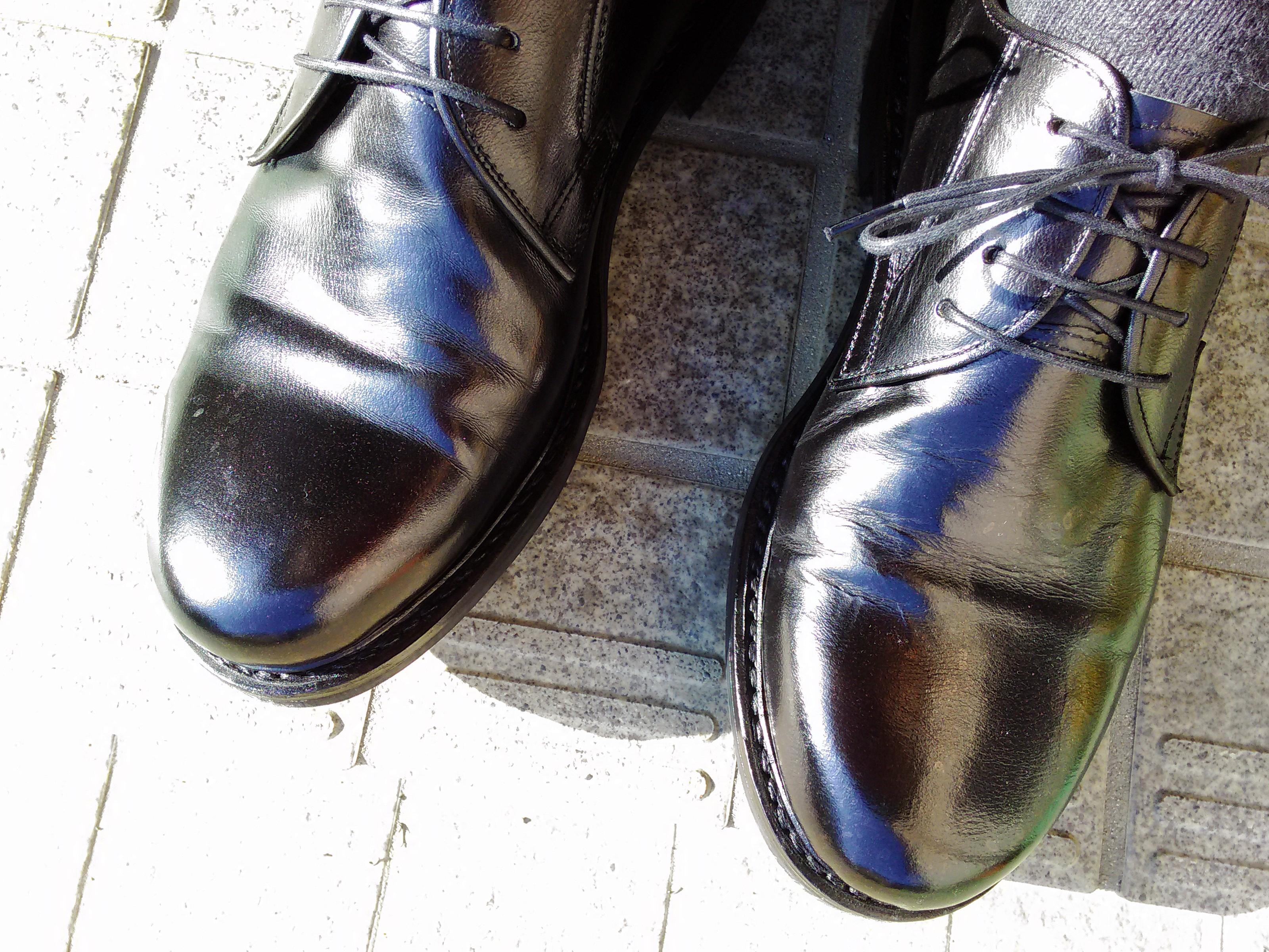 [1439-201706] 「ガラス仕上げの革靴にクリームは必要か。意味があるのか。」そんな素朴だけれど答のない問いに答えてみます。