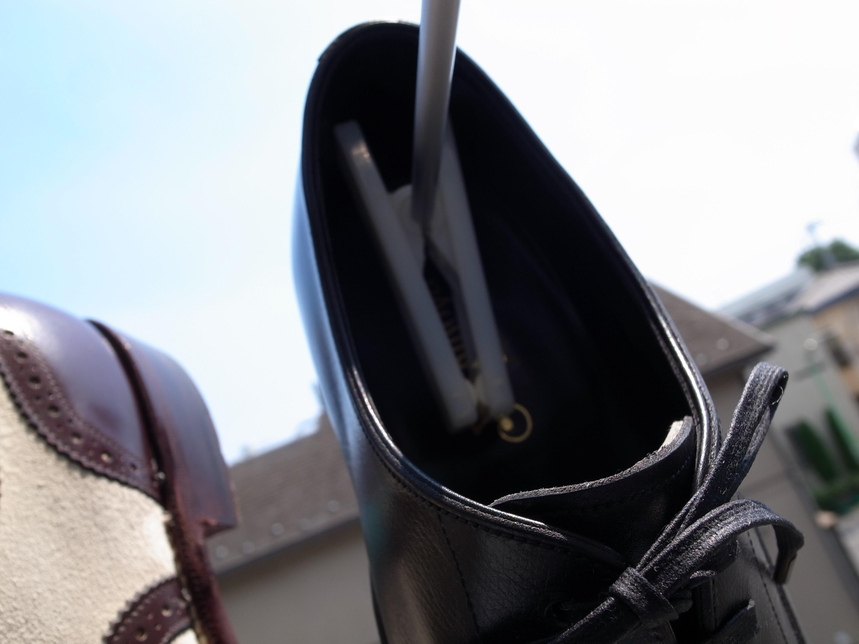 [0890-201507] 梅雨の合間の晴れた日に私がする革靴の簡単なケア。天日干しはカビ予防にもオススメです。