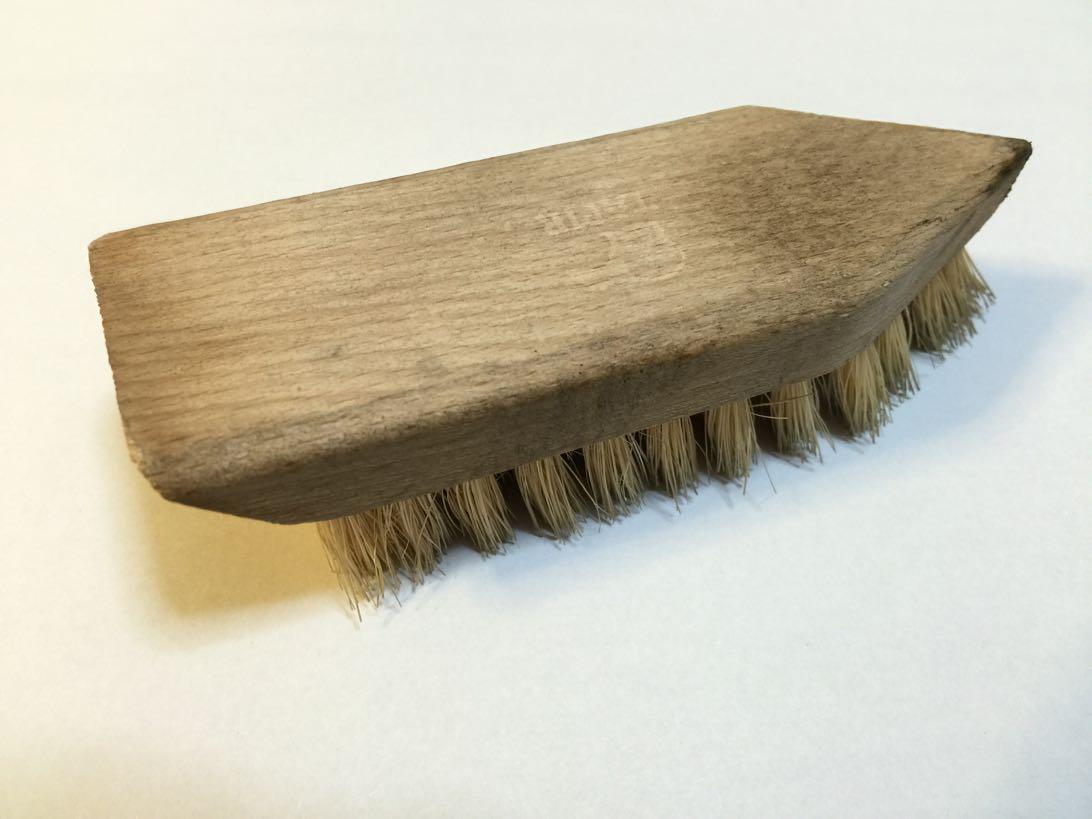 [0372-201411] 個人的には靴のお手入れの最重要アイテムはタピールのシュムッツブラシだと思います。
