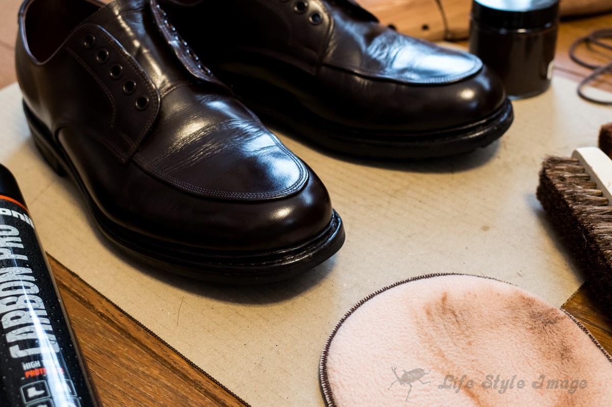 私が久しぶりに靴磨きをした光景